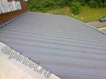 На фотографии показано, как стала выглядеть крыша ресторана, после того, как наши специалисты ее зачистили от старой отслаивающейся краски и покрасили серой эластичной краской в 2 слоя.