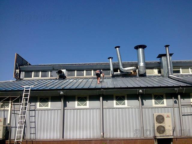 Сейчас Вы видите крышу здания, которую мы сначала зачистили от отшелушевающейся старой краски, а затем покрасили специальной резиновой краской.