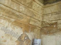 На фотографии видно к чему привела неправильно работающая водосточная система, из-за отсутствия верхней части водосточной трубы вода с крыши попадала на фасад здания и постепенно начала разрушать его