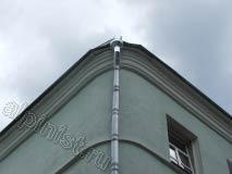 Это водосточная труба на углу здания, на которой наш альпинист, используя технику промышленного альпинизма,  заменил верхнюю часть элемента водосточной системы.