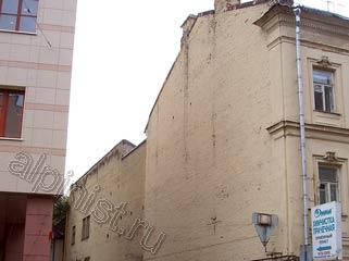монтаж банера на торцевую стену здания, фасад которой сильно разрушался, крошилась расшивка между кирпичами, местами отваливалась штукатурка, шли трещины по краске, но бюджет заказчика не позволял проведения ремонта фасада.