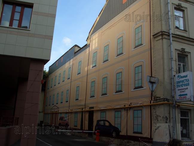 банер был размером с торец здания, и не просто прямоугольный, а такой же архитектурной формы, как само здание