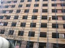 На фотографии показан фасад строящегося здания, на установленные строительные леса наши специалисты будут крепить баннер.