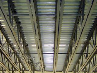 стальные стропильные фермы потолка помещения местами покрытые ржавчиной